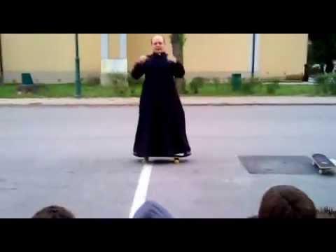 Cha sứ giảng đạo bằng trò chơi trượt ván