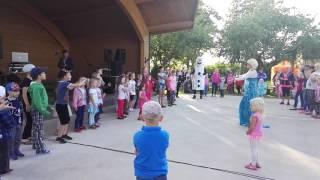 Elsa laulab lastega!