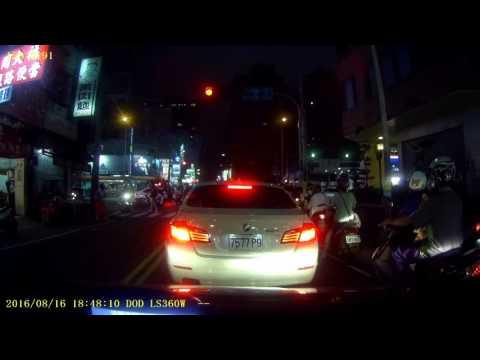 台中市 機車闖紅燈撞到疊在一起