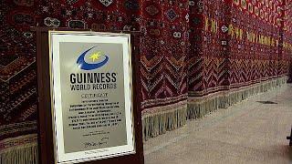 Egy borszínű szőnyeg az asgabati kárpitmúzeum falán több mint 300 négyzetméteres, amivel a Guinness világrekordok könyvébe is bekerült.A szőnyeg egyike a fő látványosságoknak a múzeumban, amelynek kollekciójába nagyjából 2000 szőnyeg tartozik. Vannak közöttük olyanok, melyekkel lovakat és tevéket takartak be, illetve kárpittáskák, amiket Türkmenisztán nomád törzsei bútorzatként használtak.- A régi időkben edényeket, sót és egyéb kellékeket tároltak ilyen táskákban. Vannak nagy, dekoratív tás…BŐVEBBEN: http://hu.euronews.com/2017/07/18/vilagrekorder-szonyeg-asgabatbaneuronews: Európa legnézettebb hírcsatornájaIratkozzon fel! http://www.youtube.com/subscription_center?add_user=euronewsHungarianAz Euronews elérhető 13 nyelven: https://www.youtube.com/user/euronewsnetwork/channelsMagyar: Website: http://hu.euronews.com/Facebook: https://www.facebook.com/euronewsTwitter: http://twitter.com/euronewshu