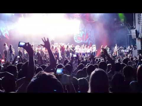 Фред Дёрст бросил телефон фанатки в толпу (видео)