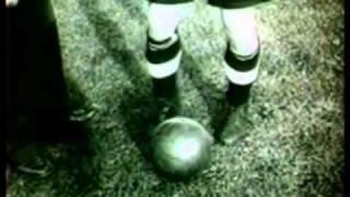 Sir Stanley Matthews zeigt fürs TV seine Dribbelstärke