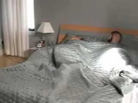 Novio asusta a su novia con cabeza falsa en la cama
