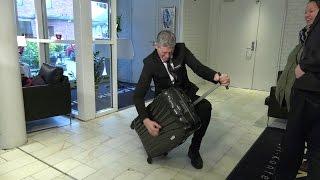 Den dansende hotelldirektøren tar helt av på nettet