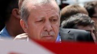 """El presidente de Turquía insiste en que el clérigo Fethullah Gulen, su enemigo declarado, está detrás del golpe y ha pedido a los ciudadanos que sigan saliendo a las calles para garantizar la seguridad nacional. Francia le recuerda que que el golpe de Estado no es un """"cheque en blanco""""."""