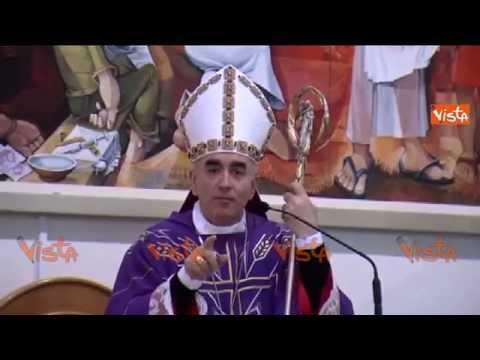 il vescovo che canta una canzone di noemi durante la messa.