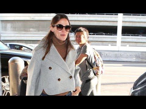 Jennifer Garner Looking Super Cute As She Catches Flight At LAX