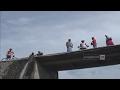 Download Lagu Kendarai Motor, Ibu & Anak Terjatuh dari Atas Jembatan Tak Berpagar Mp3 Free