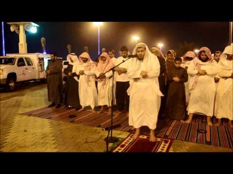 أ.علي ناصر يؤم المصلين