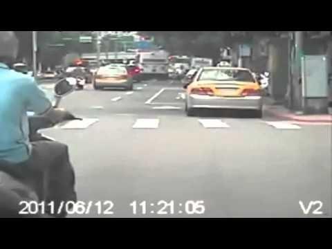 [Video] - Xe kéo người giữa đường ko tin nổi