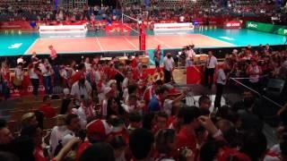 اعتراض تماشاکران لهستانی به انتظامات ورزشگاه و استقبال آنها از عکسهای غنچه که به ورزشگاه برده بودم