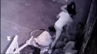 بالفيديو.. كاميرا مراقبة توثق لحظة اعتداء شاب على رجلين فى الشارع