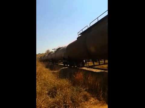 O trem passando em miracema na ferovia norte sul