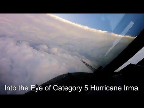 """Полёт через центр """"око"""" урагана Ирма"""
