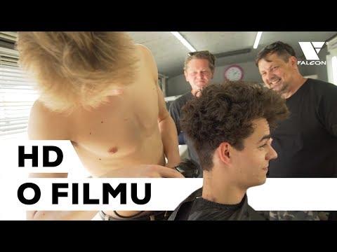 Proč se nechal herec Filip Březina dobrovolně ostříhat? Na jeho vlasech se vystřídal celý štáb Zlatého podrazu