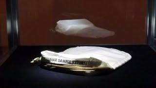 첫 유인 달 착륙 우주선인 미국의 아폴로 11호가 달 표면에서 채취한 흙먼지를 담아온 주머니가 미국 경매시장에 나와 우리 돈으로 약 20억 원에 낙찰됐습니다.현지 시간으로 20일, 뉴욕 소더비 경매에서 시카고 교외도시 주민 낸시 리 칼슨이 내놓은 '달 먼지 주머니'가 180만 달러에 팔렸다고 현지 언론들이 보도했습니다.이 주머니는 지난 1969년 7월, 인류 최초로 달에 발을 디딘 닐 암스트롱이 달의 흙 등 샘플을 채취해 담아온 것입니다.칼슨은 흙먼지가 든 가로 30cm, 세로 22cm 크기의 이 흰색 주머니를 지난 2015년 2월, 연방정부 경매에서 995달러, 약 110만 원을 주고 샀다가 이번에 소더비 경매에 내놨습니다.주머니는 불연성 합성소재로 제작돼있으며 상단에 금속 지퍼가 달려있고 '달 표본 반환' 이라는 문구가 인쇄돼있습니다.[YTN 사이언스 기사원문] http://www.ytnscience.co.kr/program/program_view.php?s_mcd=0082&s_hcd=&key=201707211139107859
