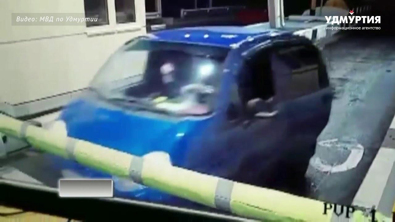 Таксистка пытается сбежать от подростков-грабителей на мосту через Каму