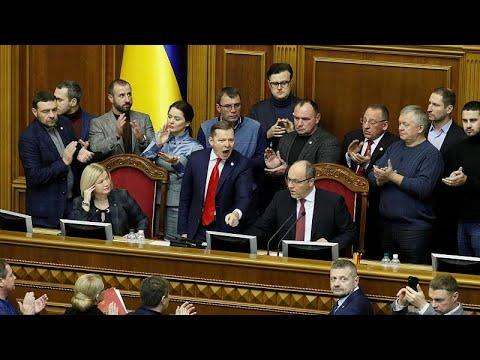 Ουκρανία: Το κοινοβούλιο ενέκρινε τον στρατιωτικό νόμο 30 ημερών…