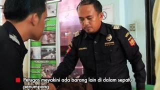 Video Petugas Memaksa Penumpang Masukan Sepatu ke Mesin X Ray Part 01 - Indonesia Border 16/01 MP3, 3GP, MP4, WEBM, AVI, FLV Agustus 2018