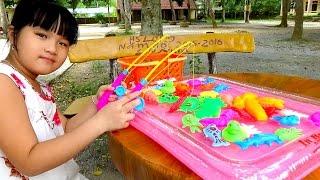 Các bạn nhỏ thân mến, trong tập này bé Huyền giới thiệu Video: Fishing games For Kids đồ chơi câu cá trong phao by Giai tri cho...