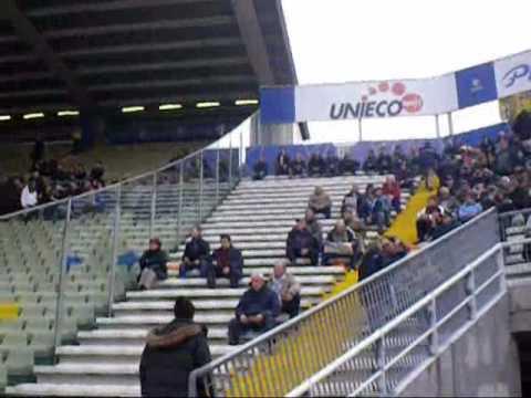 Hinchas entrando al estadio Ennio Tardini