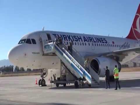 Yüksekova'ya ilk yolcu uçağı indi