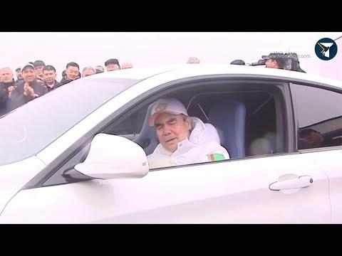 Президент Бердымухамедов cпел министрам из своей машины…