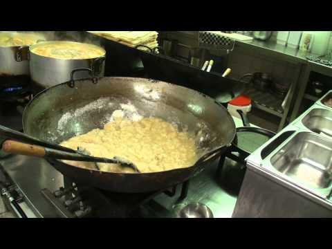 Kijkje in de Keuken bij Oriental Garden 1: Tomatensoep (видео)