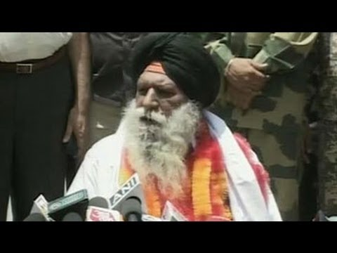 Video Surjeet Singh reunites with family after 30 years, appeals for Sarabjit's release download in MP3, 3GP, MP4, WEBM, AVI, FLV January 2017