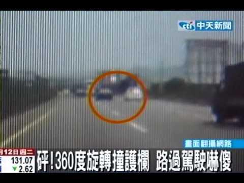 險!超車狂飆140KM 轎車失控打滑撞護欄