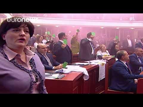 Αλβανία: Καπνογόνα από βουλευτές και ξύλο μέσα στη βουλή