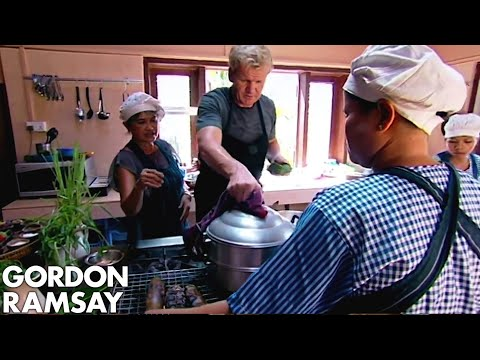 Gordon Ramsay Tries & Cooks A Traditional Fish Amok In Cambodia  | Gordon's Great Escape - Thời lượng: 4 phút, 36 giây.
