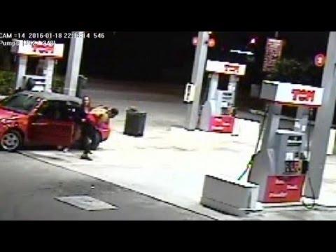 21歲年輕媽媽看著持械劫匪要搶走裡面有2個小孩的車後,她當下的大爆發連劫匪都被嚇到腿軟!