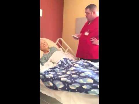 Pracownik hospicjum podszedł do umierającej pacjentki gdy zasnęła! Wtedy kamera uchwyciła ten gest!
