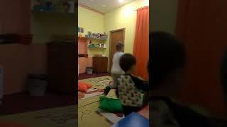 Веселые танцы для малышей с носителем английского языка