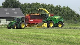 Een 2 delige samenvatting van een middag gras hakselen en inkuilen door loonbedrijf Jansen Heeten.In dit eerste deel film ik voornamelijk op het veld bij de hakselaar, een John Deere 8400 met daarnaast een John Deere 6190R en een John Deere 6155R, beide met Schuitemaker Siwa 200 silagewagens.Ook een kijkje bij de kuil, waar veel meer beelden van volgen in deel 2, waar het gras wordt verdeeld en aangereden met een Fendt 930 Vario met Holaras kuilverdeler.Aan het einde van de video is de John Deere 6190R inmiddels vertrokken en komt als vervanger een New Holland T7040 met Schuitemaker Rapide 660 aangereden.Wordt vervolgd in deel 2 !A 2 part compilation of a afternoon chopping and silaging grass with contractor Jansen Heeten.In this first part I mainly filmed on the field at the forage harvester, a John Deere 8400 with alongside it a John Deere 6190R and John Deere 6155R, both with Schuitemaker Siwa 200 silage trailers.I also go and have a look at the pit, of which you get the see much more in part 2, where the grass is spread and compacted by a Fendt 930 Vario with Holaras silage spreader.At the end of the video the John Deere 6190R has left and we see a New Holland T7040 with Schuitemaker Rapide 660arrive as replacement.To becontinued in part 2 ! 15 juni 2017© copyright by NAGD2010. All rights reserved.The video's and/or fragments of it, may NOT be downloaded, edited, altered, or re-uploaded without my permission.