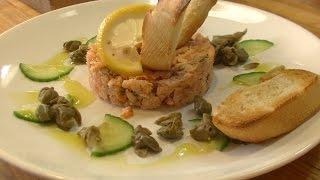 Składniki: łosoś wędzony na ciepło, łosoś wędzony na zimno, ogórek świeży, kapary, oliwa.