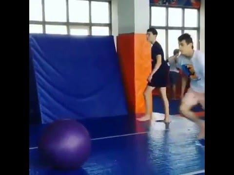 Ciekawy trick z gumową piłką