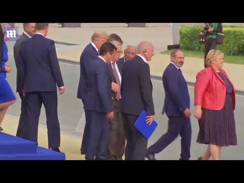 Джеан Клааде Джанккер стамблес анд ис хелпед би леадерс ат НАТО гала   Даили Mаил