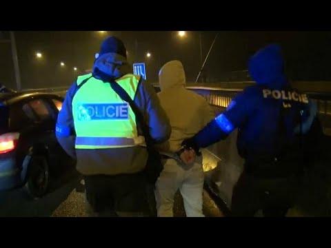 العرب اليوم - شاهد: كمين للشرطة التشيكية ضد شاحنة تقل لاجئين من سورية والعراق