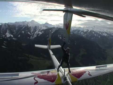 Inacreditável! Paraquedista sobe em planador e toca em outro em pleno voo