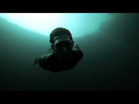 Free Fall est le premier film de Guillaume et Julie. Tourné entierement en apnée par Julie, dans le Dean's Blue Hole, le trou bleu le plus profond du monde aux Bahamas, on y voit Guillaume marchant au fond de l'eau et s'approchant d'un gouffre. Après u