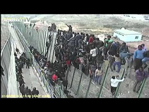 melilla (spagna) l'assalto di centinaia di migranti al confine