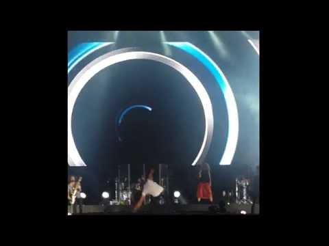 ¡Qué roche! Enrique Iglesias sufre aparatosa caída en concierto
