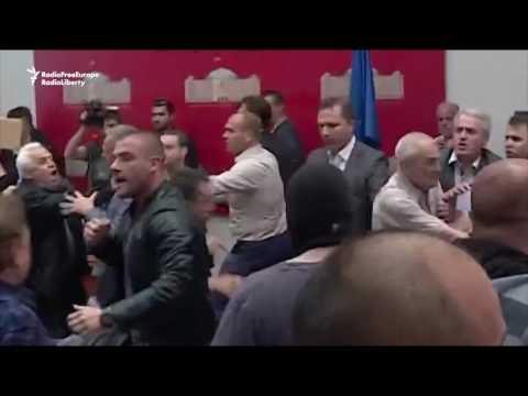 Video - Έκρυθμη η κατάσταση στα Σκόπια, εισβολή διαδηλωτών στο Κοινοβούλιο