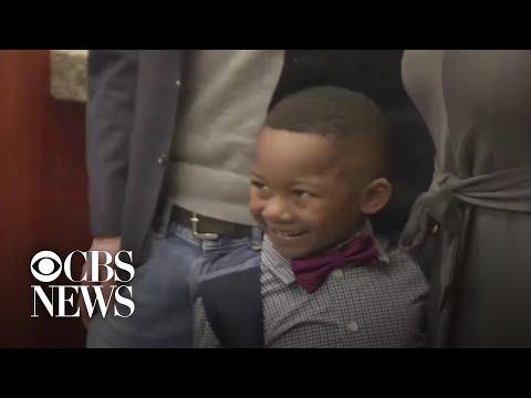 Video - Συγκινητική στιγμή: 5χρονος κάλεσε όλους τους συμμαθητές του στην υιοθεσία του