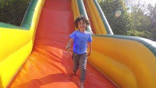 Video FUN dans la PISCINE à BALLES et les TOBOGGANS GONFLABLES du Parc Aventure Land - Sortie en Famille MP3, 3GP, MP4, WEBM, AVI, FLV Juni 2017