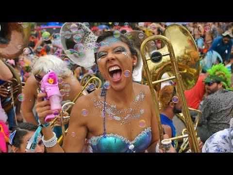 Straßenparty in Rio beim Karneval: Singen, Tanzen, gl ...