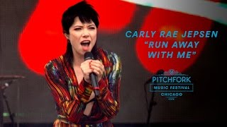"Nonton Carly Rae Jepsen performs ""Run Away With Me"" 
