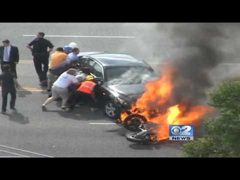 Motociclista é salvo das chamas por populares